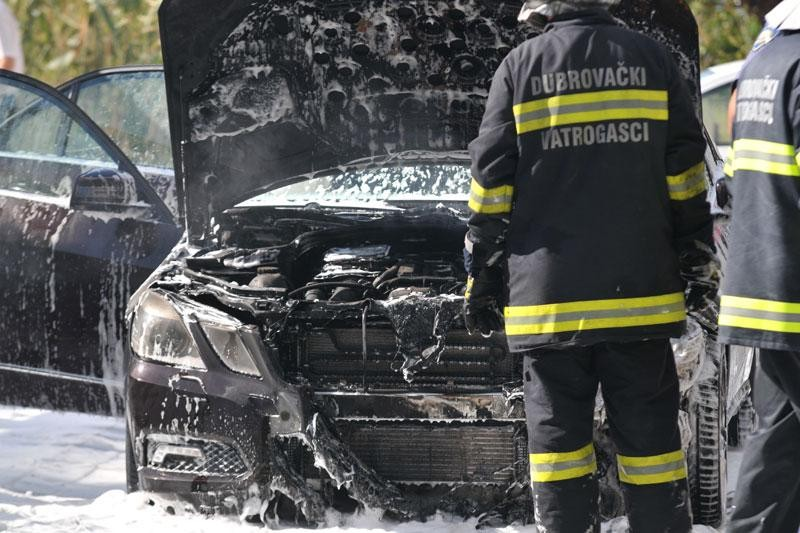 U vožnji se zapalio Mercedes