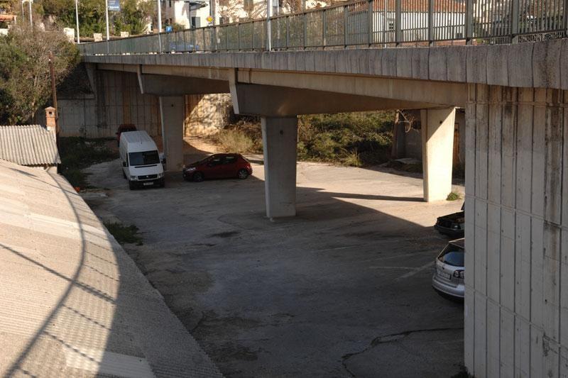 A sada – parking ispod vijadukta!