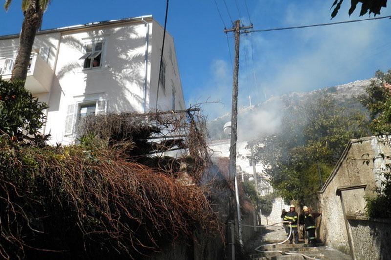 Zapalila se odrina iznad Vatrogasaca