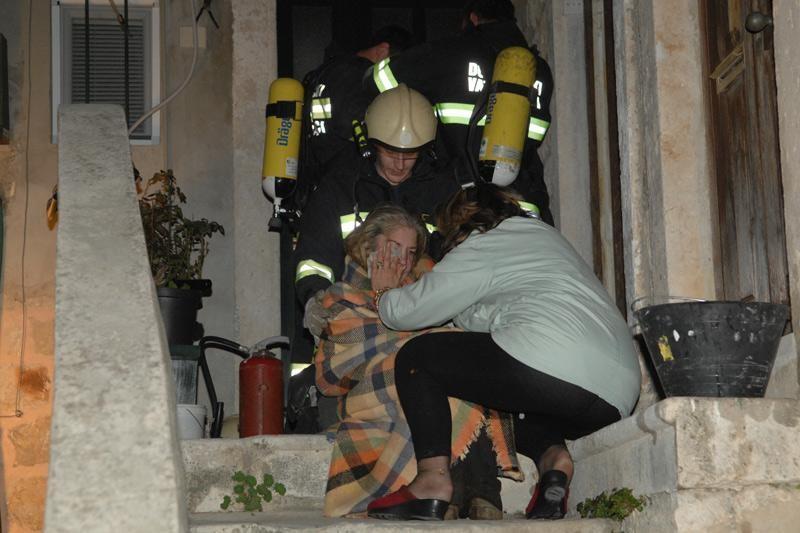 FOTO: Požar u Karmenu, spašena starica!