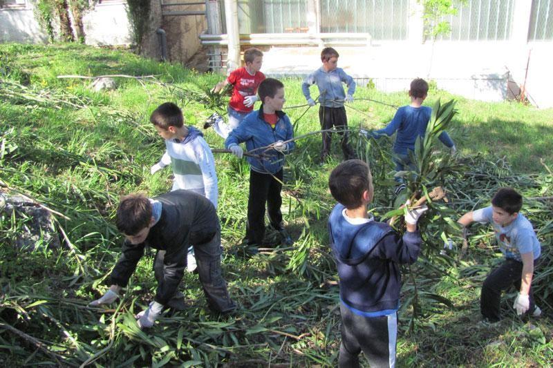 Učenici uredili okoliš škole i Cavtata