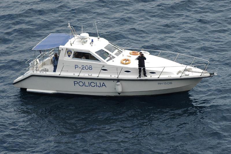 """Spašavanje brodice """"Zora"""" kod Cavtata"""