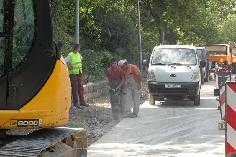 Popravlja se pločnik u ulici dr. A. Starčevića