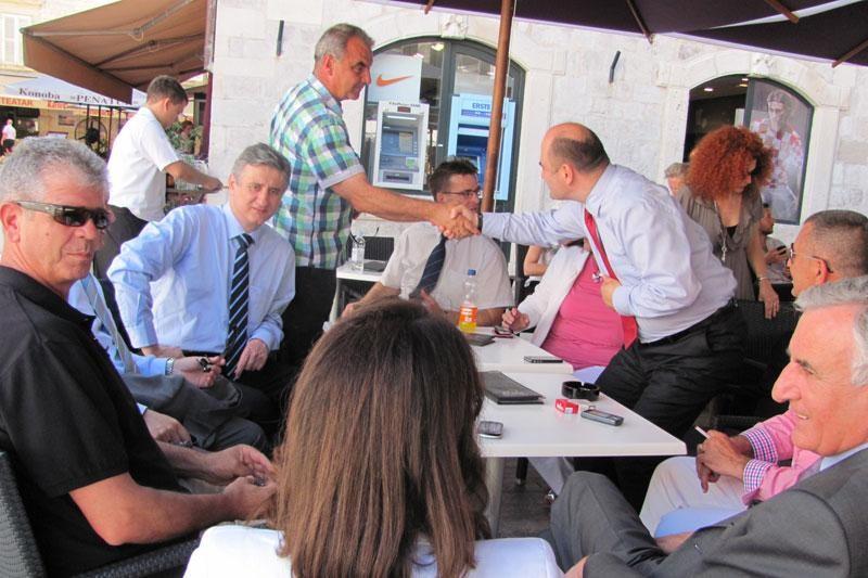 Karamarko na Stradunu na kavi