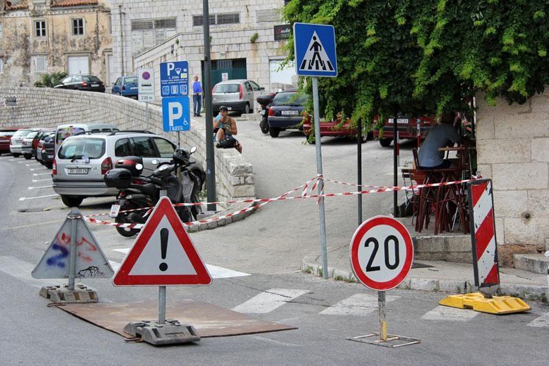 Oprezno preko Ploča, rastvorio se asfalt!