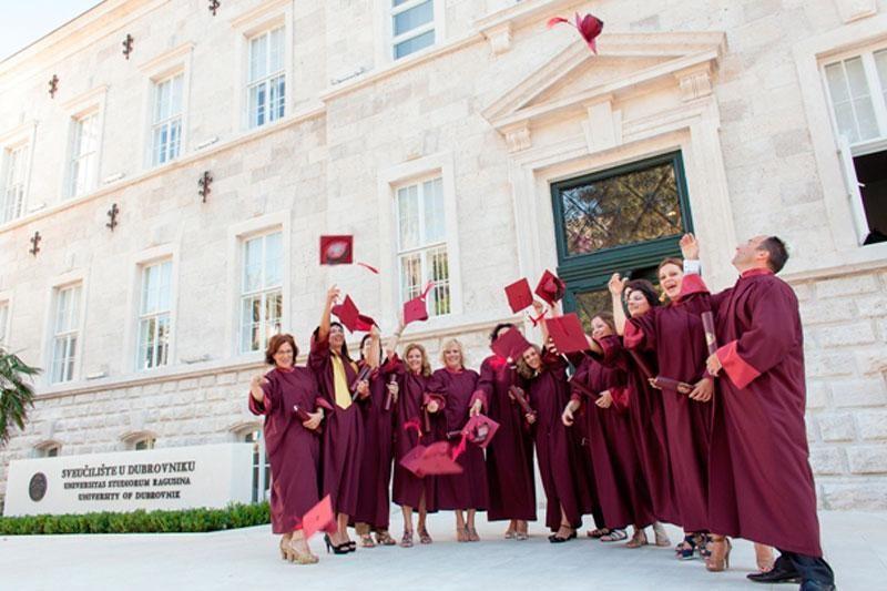 Trinaest studenata s diplomom u ruci