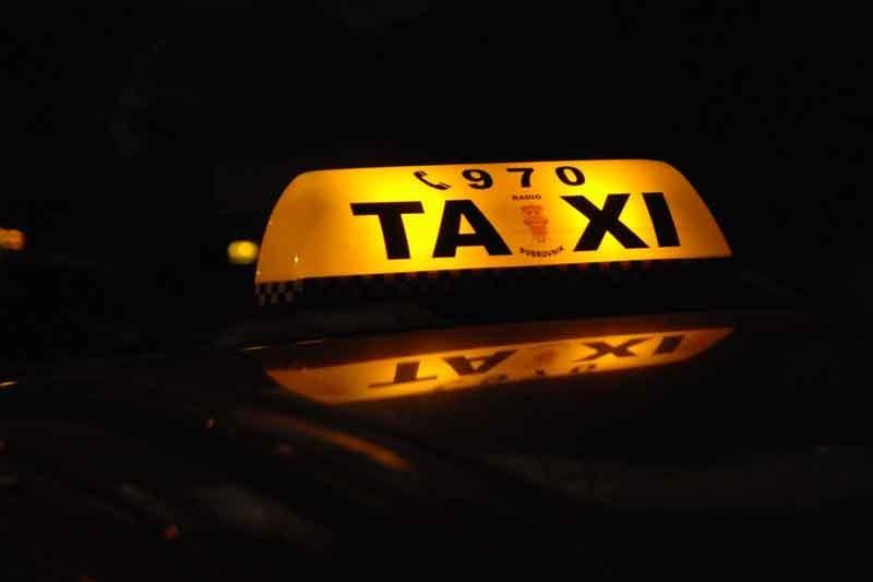 Taksist izvrijeđao inspektora pa napao policajca
