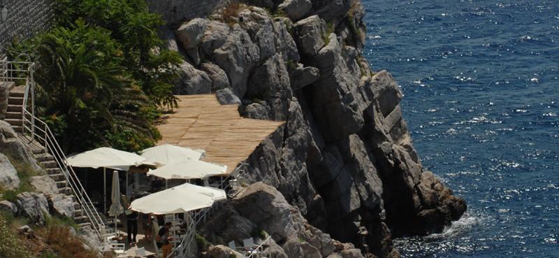 Turist pao na stijene na Buži