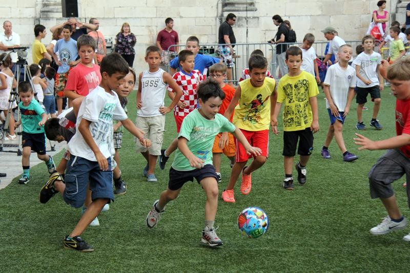 FOTO Mali nogometaši sa zvijezdama na Stradunu