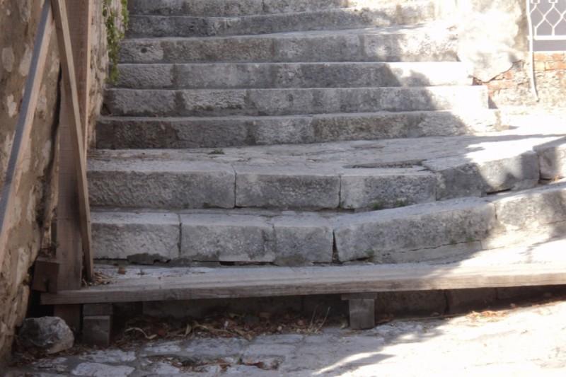 Zbog nagnuća zida, propali skalini