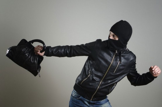 OSUMNJIČEN 28-GODIŠNJAK Čekala taksi i 'ostala' bez torbice