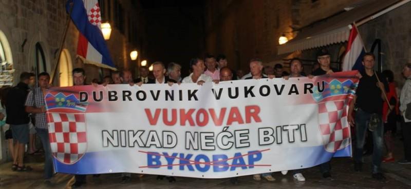 Preko ćiriličnih natpisa osvanule hrvatske zastave