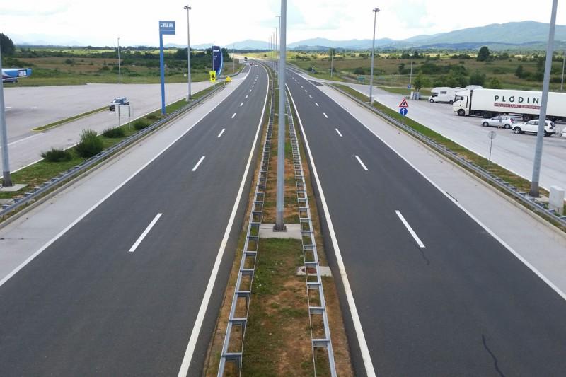 Što napraviti ako na autocesti susretnete vozača koji vozi u krivom smjeru