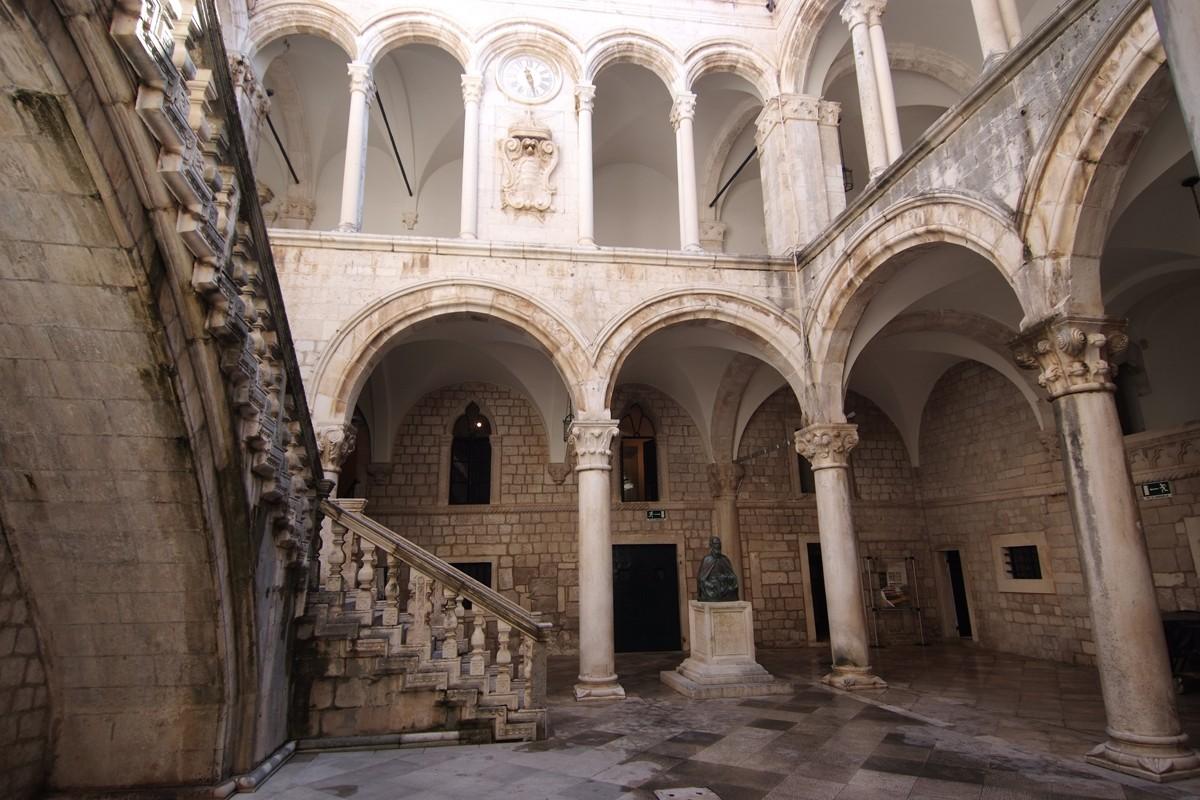 Knežev dvor
