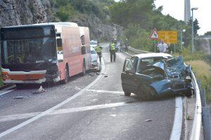 TEŠKA PROMETNA NESREĆA U sudaru auta i autobusa kod Sustjepana poginuo muškarac