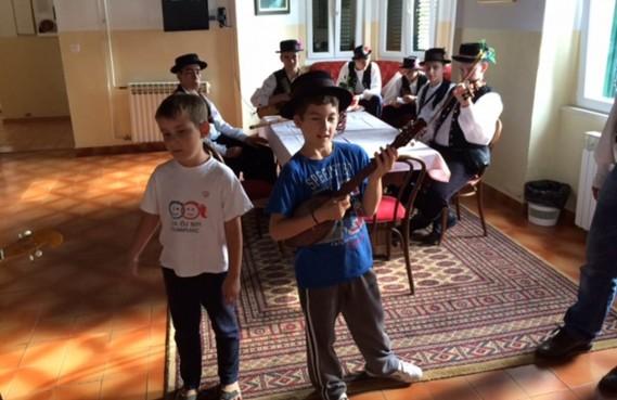 POSJET UDRUGE FRAKTAL Djeca 'Masline' okušala se u sviranju tambura
