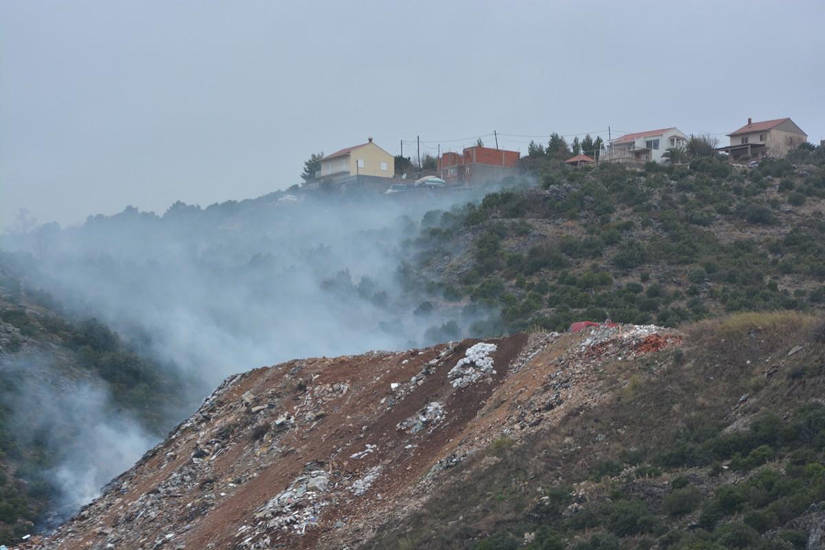 Požar na divljem odlagalištu na Pobrežju