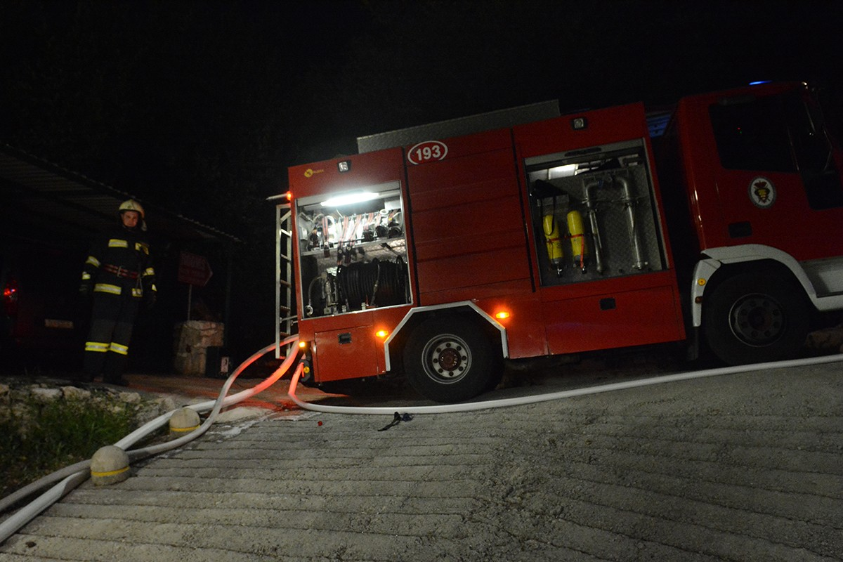 Javna vatrogasna postrojba Dubrovački vatrogasci požara garaža na Ilijinoj glavici