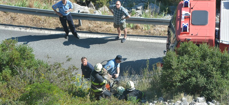 VIDEO / FOTO / PROMETNA NESREĆA Motorist sletio s magistrale, građani priskakali u pomoć!