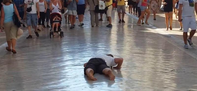 VIDEO/ Na čuđenje prolaznika puzao Stradunom – ludost ili performans?
