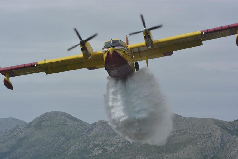 NA PODRUČJU OD ZATONA PREMA VRBICI Požar suhe trave i raslinja gasila dva kanadera i 45 vatrogasaca