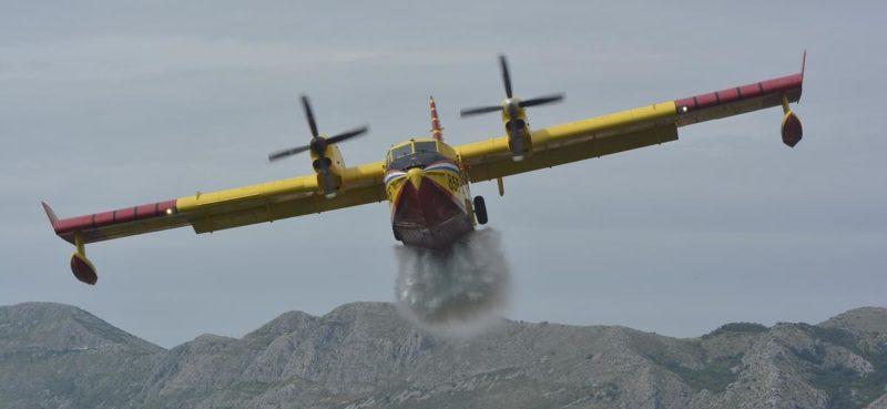 Dva kanadera pomažu u gašenju požara u Crnoj Gori