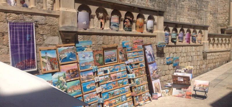 BEZOBRAZLUK Kamena ograda u Pilama kao okvir za prodaju