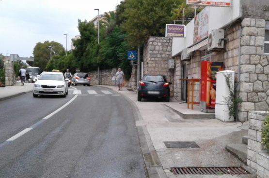 FOTO Parkirao auto na pločniku i doveo školarce u opasnost