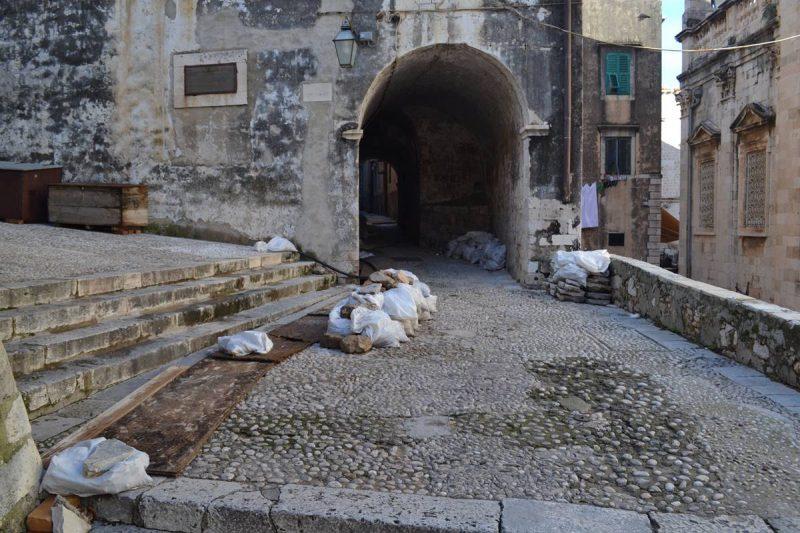 FOTO 'Iza Katedrale se ništa ne radi, iskopi su prekriveni daskama i iz njih izlaze pantagane'