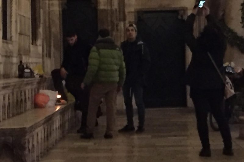 FOTO Pred Dvorom izvadili plinsko kuhalo i – spravili večeru!