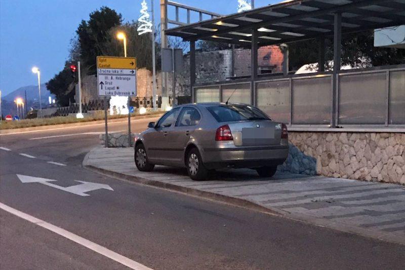 Ogorčena čitateljica: Policijski službenik danima parkira automobil na nogostupu. I nitko ne reagira