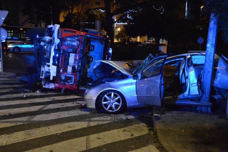 FOTO/VIDEO STRAVIČNA PROMETNA NESREĆA Vatrogasni kamion smrskao Mercedes, liječnici se bore za život jedne osobe