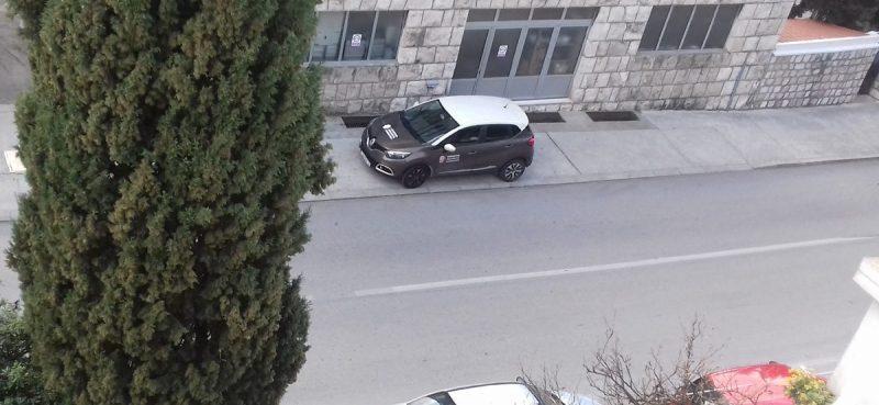 ULICA ANDRIJE HEBRANGA Dok pauk 'diže' aute, komunalni redar nepropisno parkira