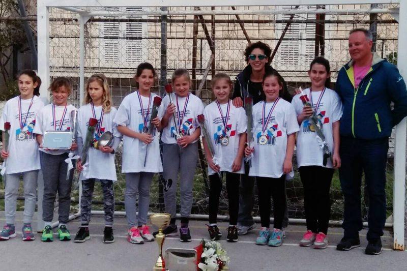 Mini rukometašice s Korčule zlatne u Karlovcu!