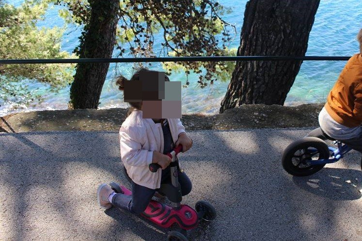 TRAŽI SE POŠTENI NALAZNIK Mama i njena dvogodišnjakinja traže izgubljeni romobil!