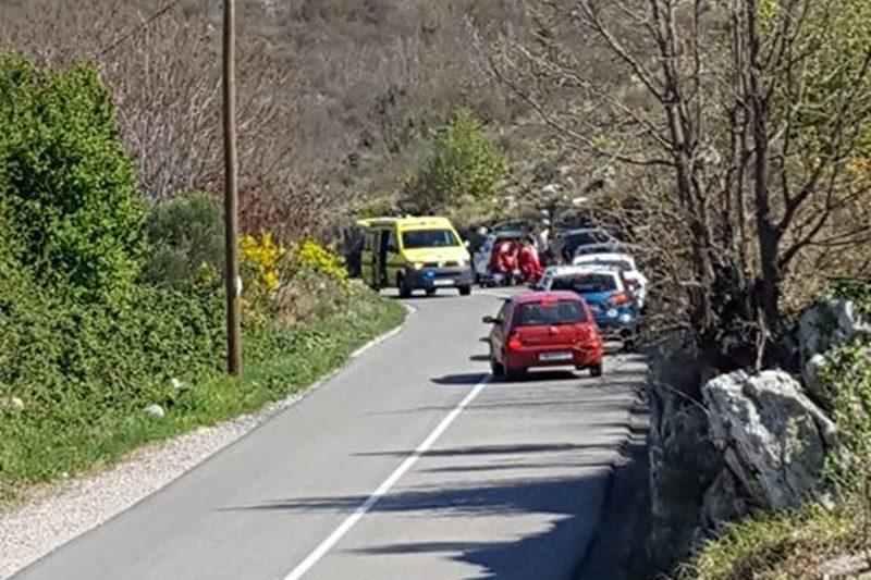 PROMETNA KRAJ ŠUMETA Vozilo udarilo u brdo, vozač prevezen u bolnicu