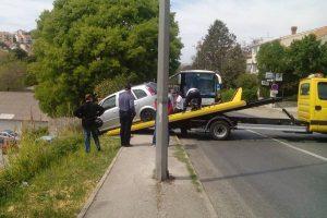 Automobil sletio s kolnika, umalo završio na parkiralištu