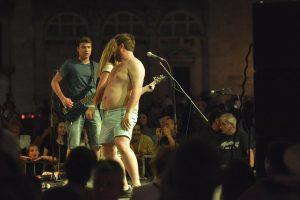 FOTO 'Uletio' na binu, skinuo košulju i zaplesao
