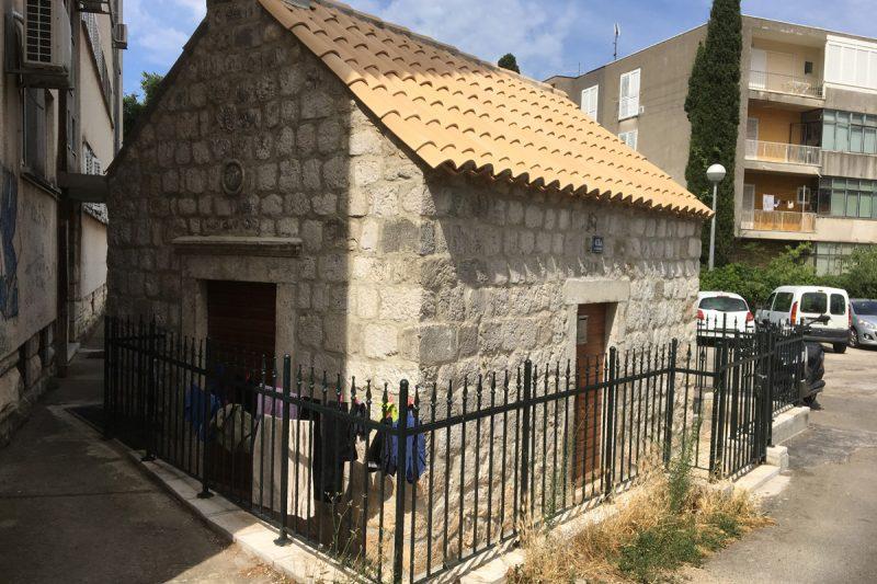 I kapelica Mater Dolorosa pretvorena u apartman! Na sušilu vise gaćice, šugamani…