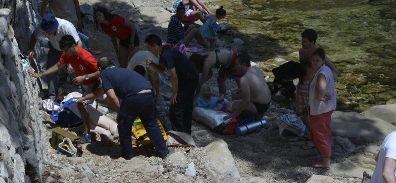 VIDEO/FOTO Na Lokrumu pozlilo kupačici, hitno prebačena u OB Dubrovnik
