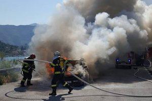PROMETNA U DOLIMA Osobno vozilo sletjelo sa ceste i zapalilo se