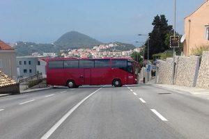 POLJACI OPET U AKCIJI Okrenuo autobus preko četiri trake!