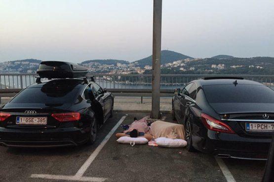FOTO Parkirali 'Mečku' i Audija pa zaspali na asfaltu?!