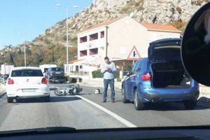 PROMETNA U PLATU Sudar skutera i kombija s prikolicom, jedna osoba ozlijeđena
