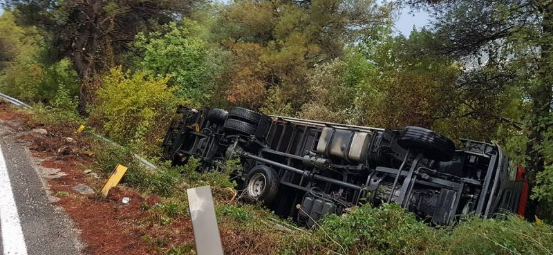 PROMETNE NESREĆE U Brsečinama cisterna zakačila ogradu, u Slanome kamion sletio u provaliju