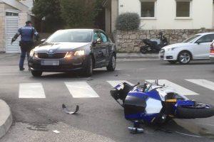 PROMETNA NA VOJNOVIĆU U sudaru auta i motocikla ozlijeđene dvije osobe