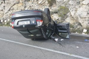 NA VIDIKOVCU Auto udarilo u brdo i završilo na krovu, jedna osoba ozlijeđena