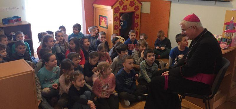 Biskup Uzinić posjetio vrtić Pčelicu