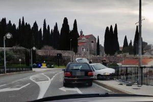 Automobilom se zabio u zaštitnu ogradu na Splitskom putu