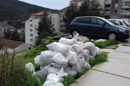 APEL EKO OMBLIĆA Već mjesec dana šut i otpad na zelenoj površini